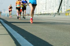 Ход молодой женщины на дороге моста города Марафон города женского бегуна спортсмена руководителя идущий Ход марафона в утре стоковое изображение rf