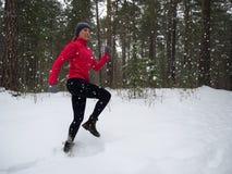 Ход фитнеса молодой женщины модельный в парке города Тренировка зимы идущая стоковое изображение rf