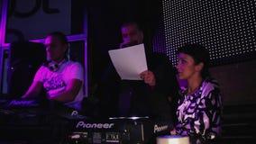 Хозяин партии ночи на сцене с чтением dj от бумажного листа в микрофон сток-видео