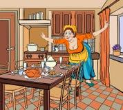 Хозяйка на старых одеждах в кухне распространила ее оружия к Стоковые Изображения