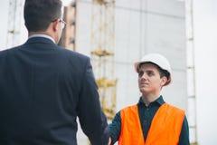 Хозяйничайте главный handshaking с инженерами работников и зарплата давать в конверте стоковые фото