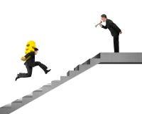 Хозяйничайте держать выкрикивать на евро нося работника бежать на лестницах Стоковые Изображения RF