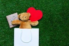 Хозяйственная сумка, игрушка, плюшевый медвежонок и подарок Стоковое Изображение