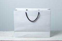 Хозяйственная сумка на деревянной таблице Стоковое Изображение