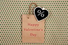Хозяйственная сумка, сумка подарка и классн классный в форме сердца с знаком уценивают % и текст & x22; Счастливое Valentine& x27 стоковое изображение rf