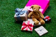 Хозяйственная сумка, плюшевый медвежонок и подарки Стоковая Фотография RF