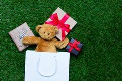 Хозяйственная сумка, плюшевый медвежонок и подарки Стоковое Изображение RF