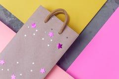 Хозяйственная сумка ремесла бумажная на фоне текстурированном бумагой стоковые изображения rf