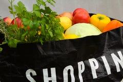 Хозяйственная сумка супермаркета вполне фрукта и овоща стоковое изображение rf