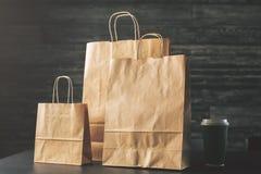 Хозяйственные сумки Брайна и фронт кофе Стоковые Фотографии RF
