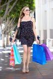 Хозяйственные сумки нося женщины на улице города Стоковое Изображение
