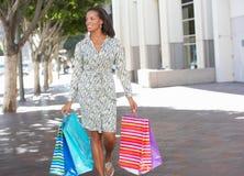 Хозяйственные сумки нося женщины на улице города Стоковые Фотографии RF