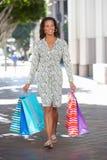 Хозяйственные сумки нося женщины на улице города Стоковая Фотография RF