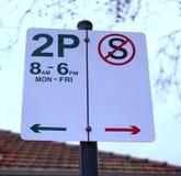 2-хой часов предел автостоянки и отсутствие стоящий знак стоковые фотографии rf