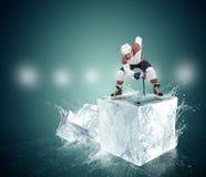 Хоккеист на кубе льда - момент стороны- Стоковая Фотография