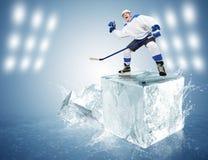 Хоккеист на кубе льда Стоковые Фото
