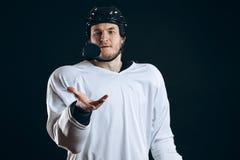 Хоккеист сдерживает шайбу со сломленными зубами и смотреть камеру с усмешкой стоковое изображение