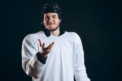 Хоккеист сдерживает шайбу со сломленными зубами и смотреть камеру с усмешкой стоковые изображения