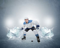 Хоккеист с кубами льда Стоковые Фото