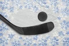 Хоккейная клюшка и шайба на арене хоккея зимы стоковое фото