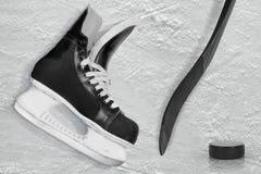 Хоккейная клюшка, коньки и шайба Стоковое Изображение