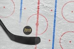 Хоккейная клюшка, шайба и часть арены хоккея с разметкой стоковое фото