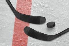 Хоккейная клюшка и шайба на льде Стоковые Изображения