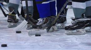 хоккейные клюшки, шайбы и коньки Стоковая Фотография RF