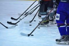 хоккейные клюшки, шайбы и коньки Стоковое фото RF