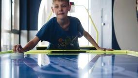 Хоккей воздуха игры отца и сына в развлекательном центре Взгляды ребенка видеоматериал