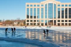 Хоккей игры детей на замороженном озере Стоковые Фото