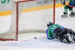 Хоккей на льде детей Шайба входит в в строб Стоковая Фотография RF