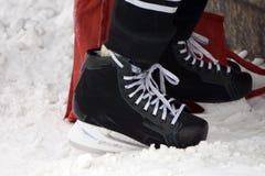 Хоккей ` s людей катается на коньках на белой предпосылке стоковое фото rf