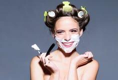 холить и skincare утра штырь вверх по женщине с ультрамодным макияжем ретро женщина брея с пеной и лезвием бритвы довольно стоковое фото