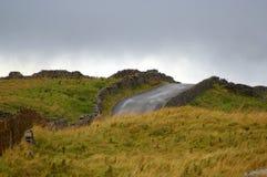 Холмистая дорога бежать через участки земли Йоркшира стоковое фото rf