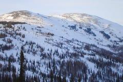 холмообразный горный пик в похожей на седловин форме стоковые изображения rf