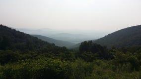 Холмы гор голубого Риджа вдоль горизонта управляют стоковые изображения rf