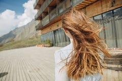 Холмы гостиницы платья одного девушки смотря горы Стоковое Изображение RF