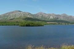 Холмы и озеро в Шотландии Стоковые Изображения RF