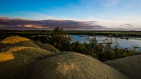 Холмы Sandy Озеро в каньоне Sandy предпосылка одевает цветы сложила желтый цвет померанцового красного цвета теплый Желтый песчан стоковое изображение