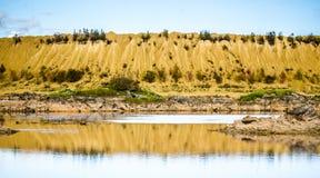 Холмы Sandy Озеро в каньоне Sandy предпосылка одевает цветы сложила желтый цвет померанцового красного цвета теплый Желтый песчан стоковое фото rf