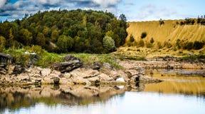 Холмы Sandy Озеро в каньоне Sandy предпосылка одевает цветы сложила желтый цвет померанцового красного цвета теплый Желтый песчан стоковое изображение rf