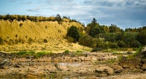Холмы Sandy Озеро в каньоне Sandy предпосылка одевает цветы сложила желтый цвет померанцового красного цвета теплый Желтый песчан стоковая фотография rf