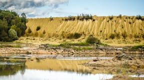 Холмы Sandy Озеро в каньоне Sandy предпосылка одевает цветы сложила желтый цвет померанцового красного цвета теплый Желтый песчан стоковые изображения