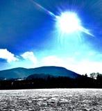 Холм с солнцем и пастбищем стоковая фотография