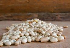 Холм фасолей на деревянной таблице Стоковые Фото