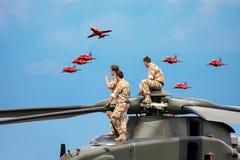 ХОЛМ BIGGIN, KENT/UK - 28-ОЕ ИЮНЯ: Экипаж вертолета наблюдая Re Стоковое Фото