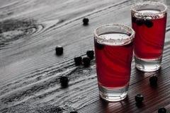 Холодная водка с красным соком ежевики в 2 стеклах стоковое изображение rf