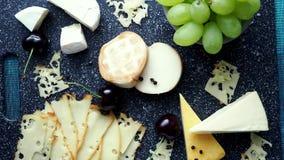 Холодная закуска Холодные отрезки Сыр на разделочной доске, взгляд сверху сток-видео