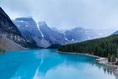 Холодное и туманное озеро морен на национальном парке Banff Стоковая Фотография